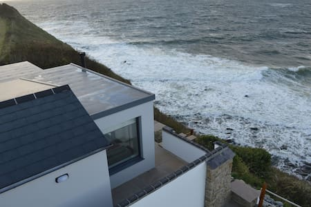 Luxurious Cliff Lodge with Panoramic Sea Views