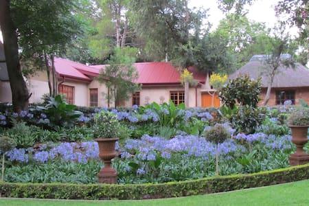Cosy cottage in tranquil garden - Centurion
