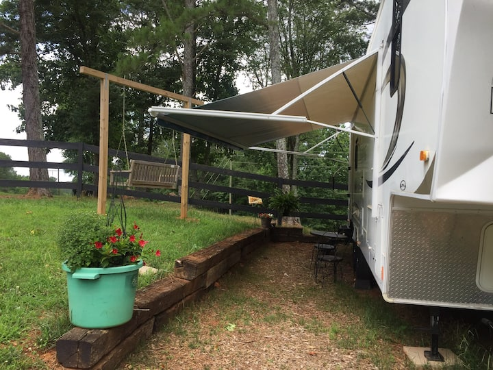 A unique farm experience in a nice, modern Camper