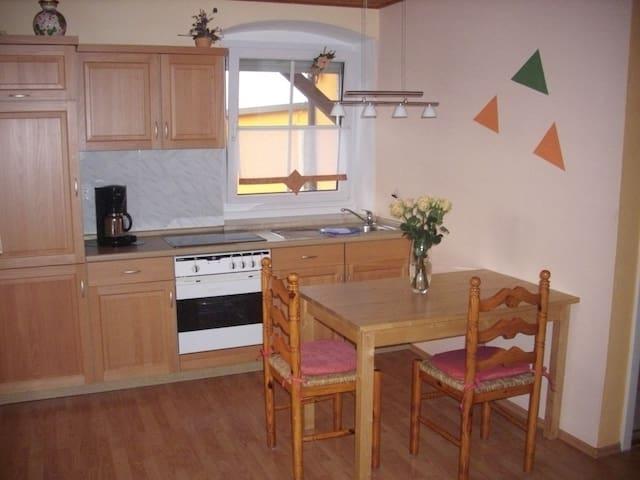 Wohnküche mit vielen Elektrogeräten. Aber bitte beachten: Elektroherd ohne Backofen