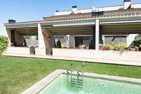 Casa Parlava with pool. 15kms to Costa Brava beach - Parlavà - Hus