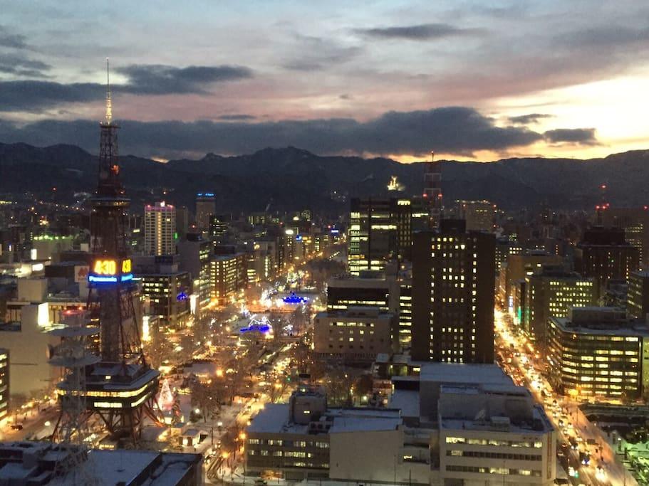 札幌大通の夜景が魅了的☆                    Sapporo Ōdōri  Night view is attractive☆ ☆                                   夜景札幌大通是有吸引力☆