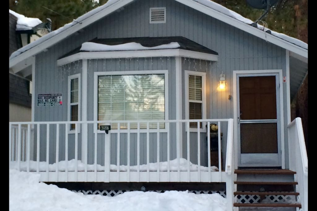 Come play in the snow! Only a few blocks from Snow Summit And Bear Mountain ski areas. Then soak in the Hot Spa.