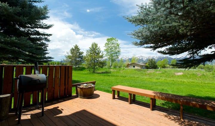 Amazing country getaway with private deck, mountain views, & free WiFi