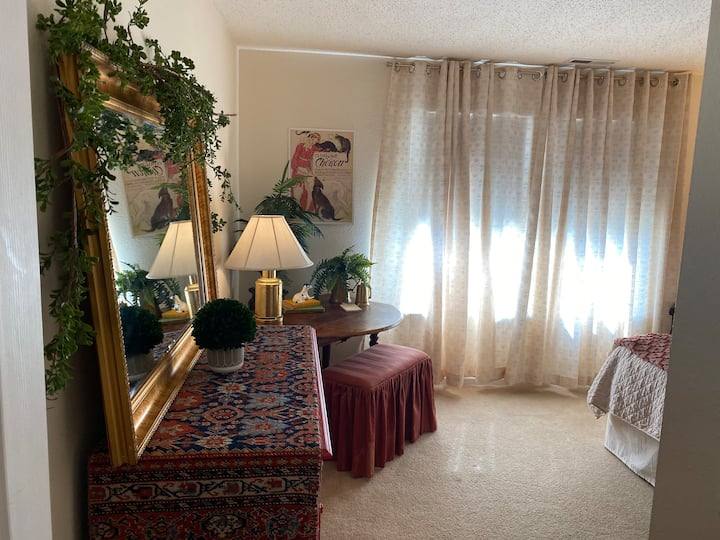 Beautiful queen 15 min. from airport or downtown
