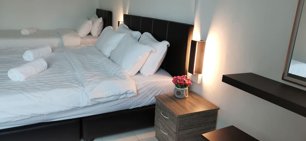 1 Deluxe King Room Homey Homestay @ Iramanis温馨舒适民宿