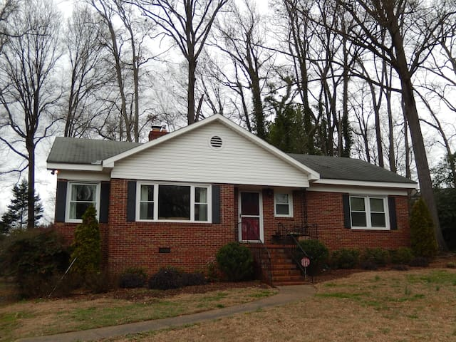 Cozy Montford Home | 7min Uptown | 12min Airport