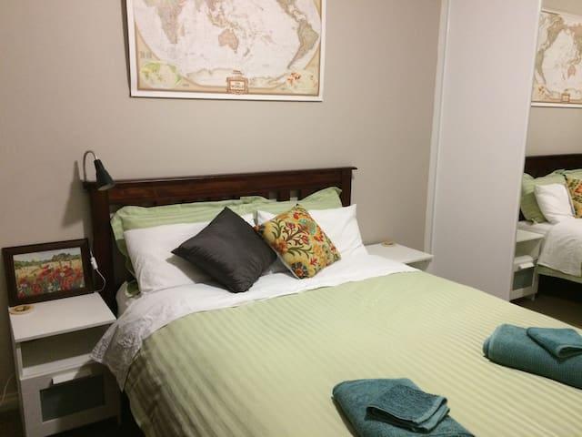 Queen Bedroom close to Airport