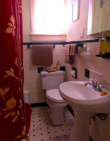 Your genuine old house-style bathroom