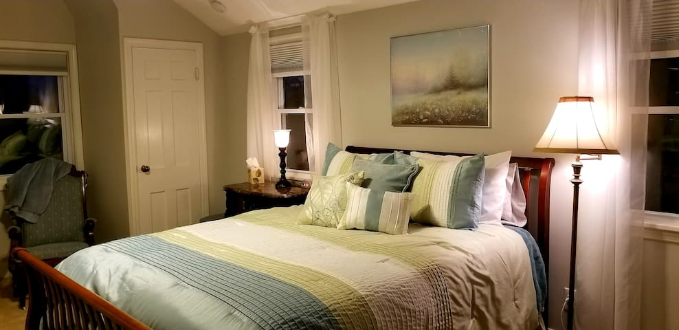 3rd bedroom with queen and lake view