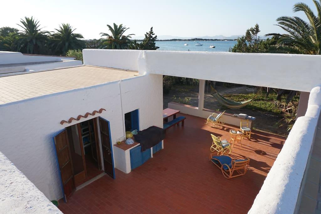 Vue depuis le toit-terrasse : le patio, la terrasse couverte et la porte du séjour