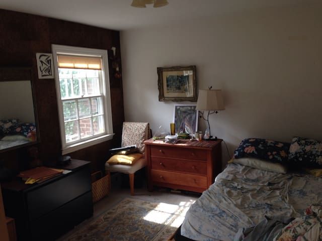 Comfortable Bedroom in Large House - Englewood