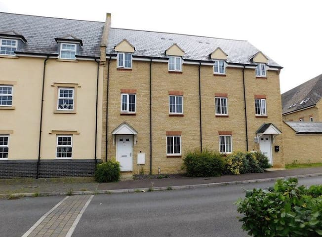 Dans 2 bedroom town house - Bishops Cleeve - House