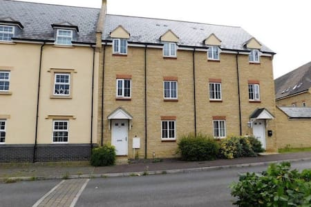 Dans 2 bedroom town house - Bishops Cleeve