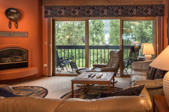 Great Condo that is Close to Skiing, Hiking, Festivals and Just Two Blocks from Main Street with a Shared Hot Tub