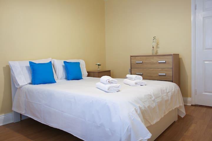 Double Room, Shared Bathroom-Cork City Center 5(b)