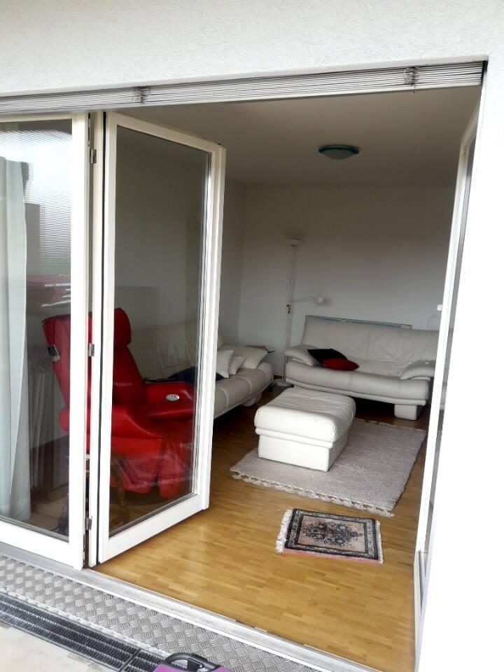 Salle de séjour ouverte sur une terrasse ensolleillée