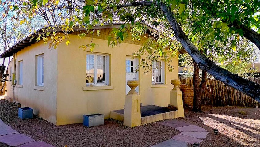 Charming Guest House near Rail Yard and Plaza
