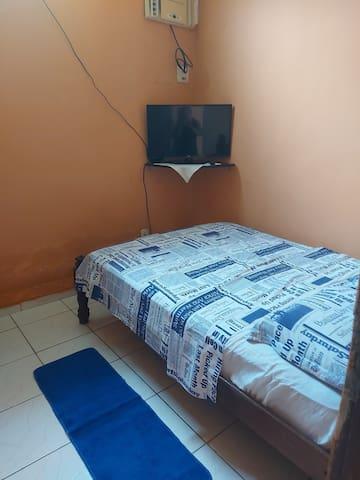 Quarto com cama de casal ,ar condicionado, TV, roupa de cama e de banho.