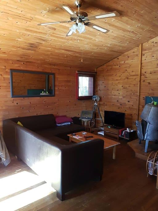 Mon salon cocooning avec poêle à bois, télé, consoles de jeux Wii et Nintendo Mini Nes (avec possibilité de les enlever avant votre arrivée si vous ne souhaitez pas que vos enfants passent 4h dessus au lieu de profiter de la plage et de toutes les activités)...