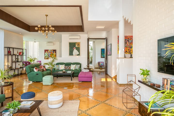 Art deco villa- private pool, power back-up, Wi-fi