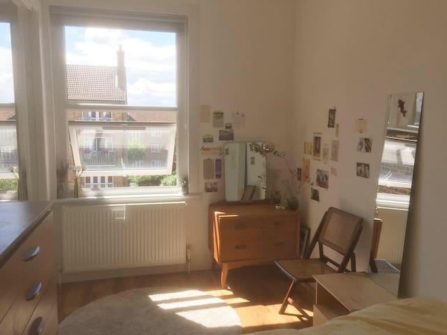 Sunny and spacious double bedroom, Hackney