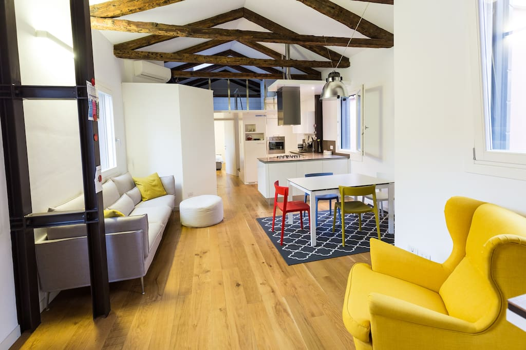 Feel at home after discovering Venice in this modern and bright space with everything you need to enjoy your stay, air conditioning included!