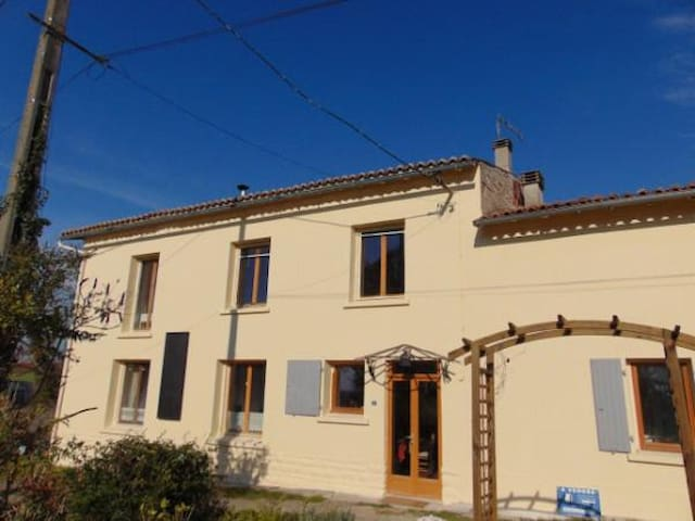 Sunny house in pretty countryside - Fontaine-Chalendray - Rumah