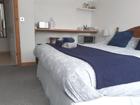 Kingsize Room with Ensuite & Continental Breakfast