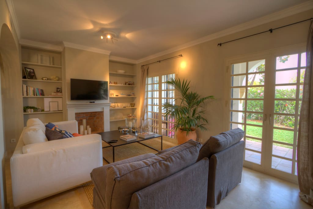 Nice and well equipped living room with private garden access, international TV, WiFi, fireplace and more