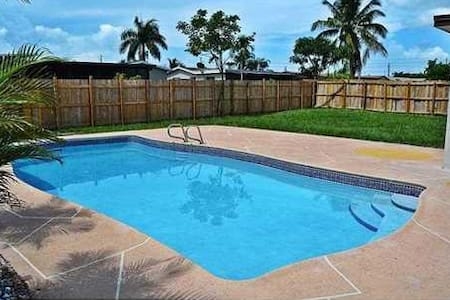 Large room with high end upgrades and pool - Margate
