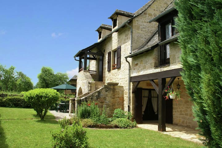 Quietly situated detached house in pristine Aveyron