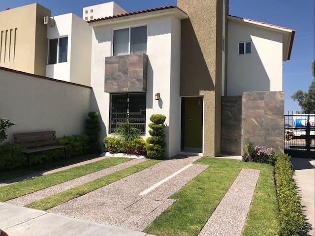 Habitación privada en casa nueva tipo California