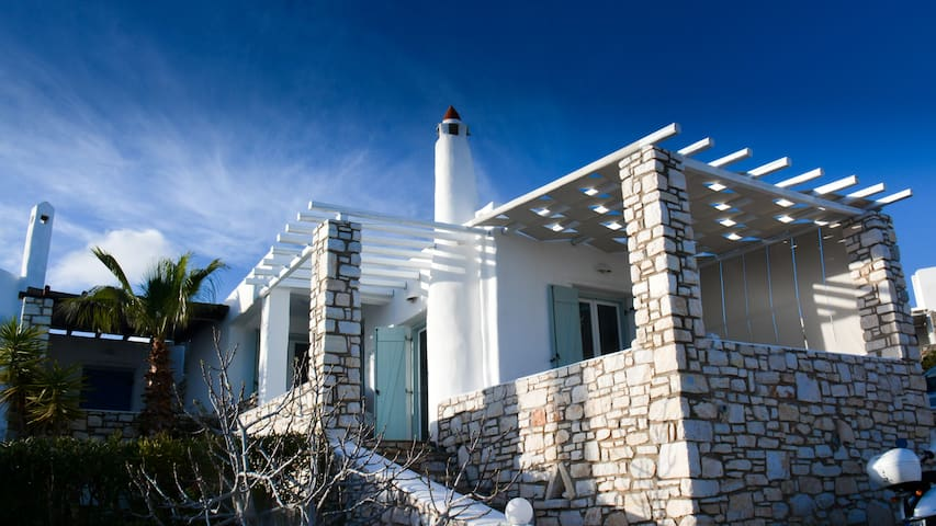 Modern greek villa with sea views - sleeps 6. - Aspro Chorio - House