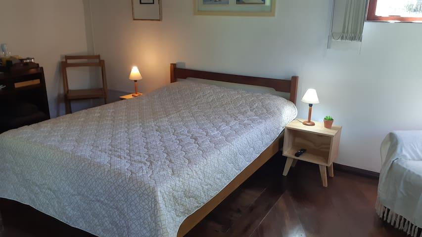 Cama de casal confortável.