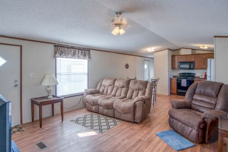 3 Bedroom, 2 Bathroom Unit with laundry!