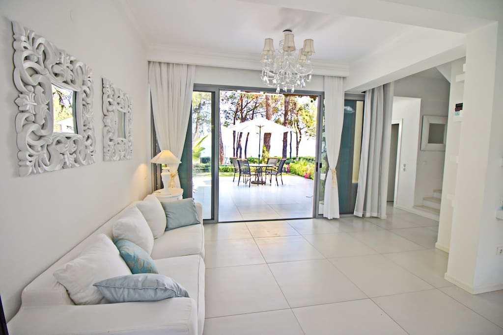 Living room area with veranda and view on the sea