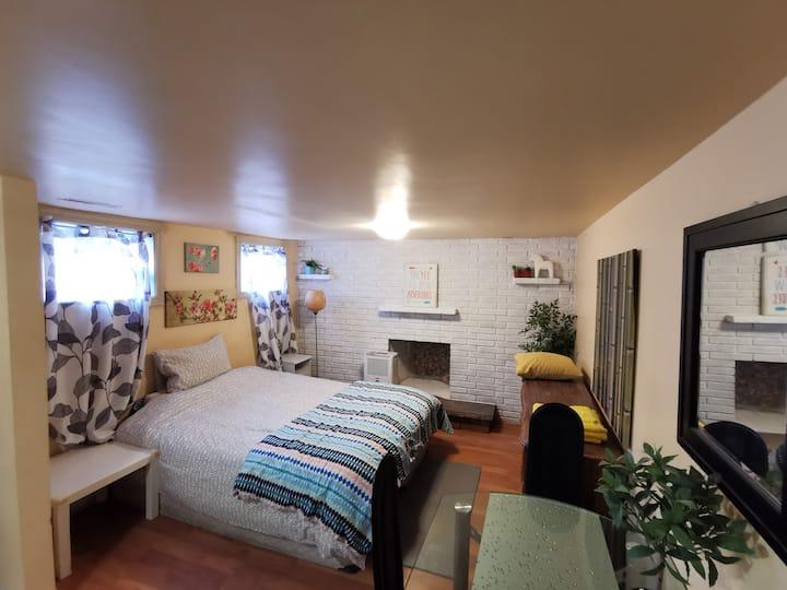 近市中心素雅整洁半地下室公寓套房独厨独厕有窗