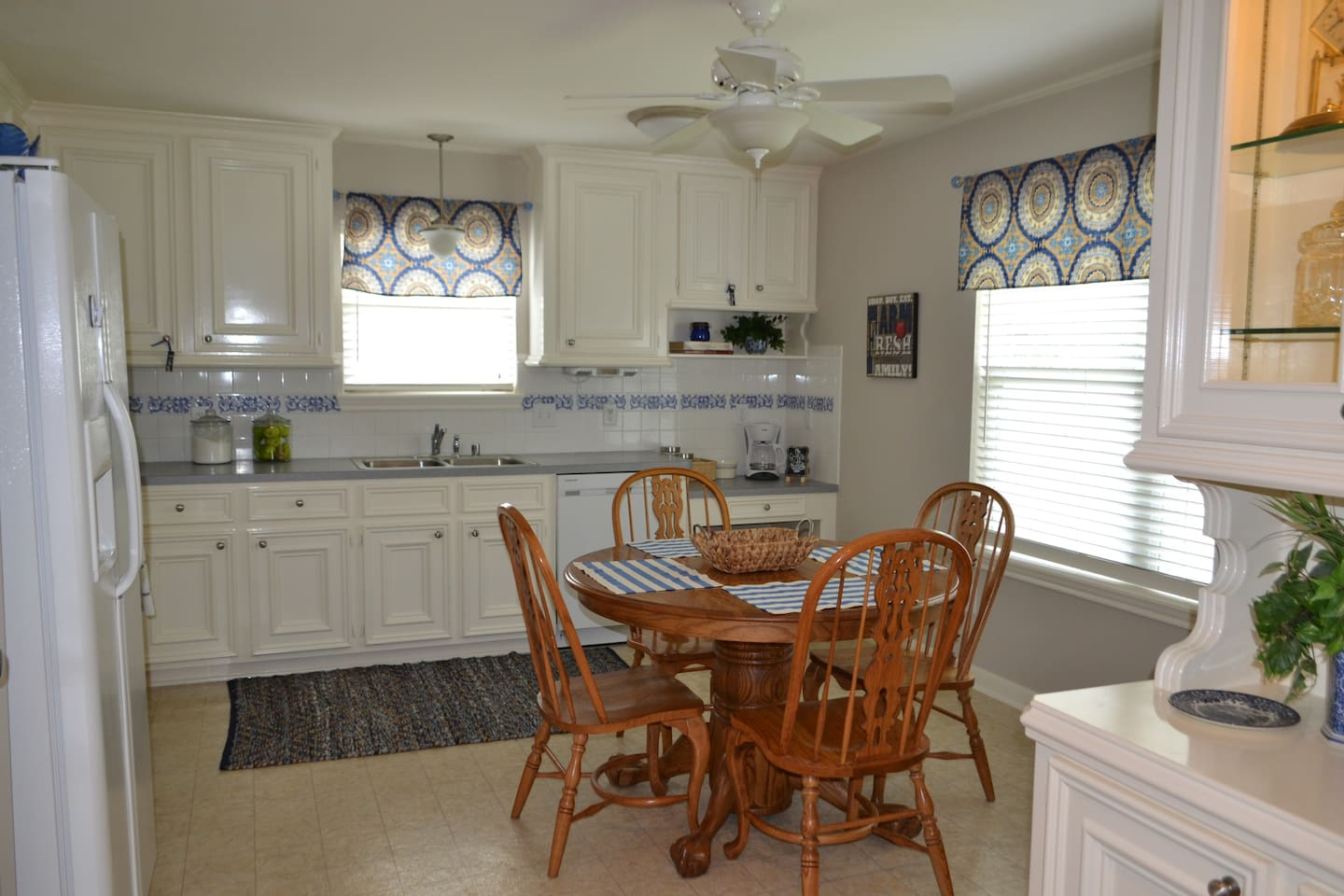 Fully equipped kitchen with oven, microwave & full size refrigerator