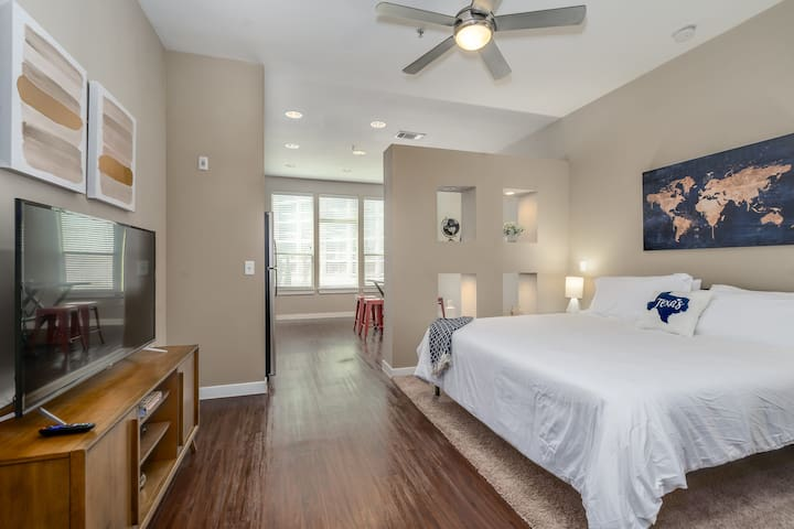 Stylish Uptown Houston Studio - Pool, Gym, Wifi