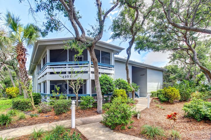 Cozy, ground-floor condo w/ shared pools & sauna - walk to the beach