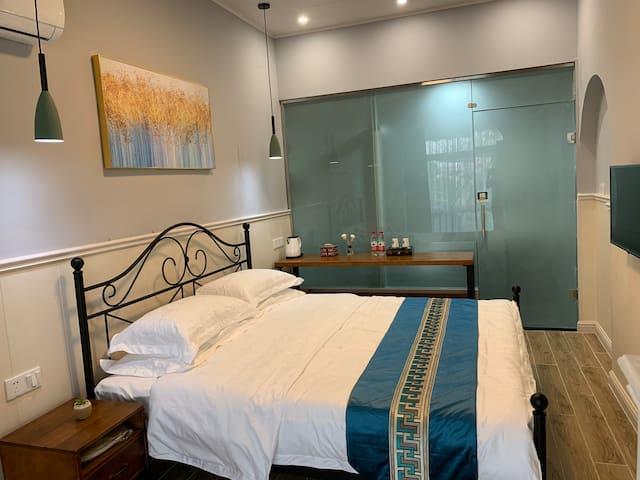 一楼1.8米大床房,大书桌,电视,独卫