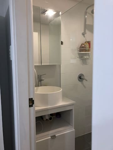 Quiet Sydney beach pad, private entrance,bathroom.