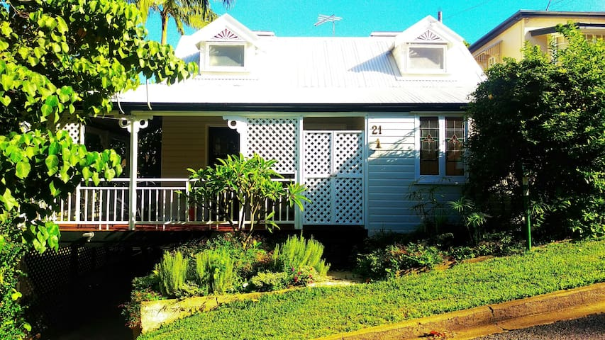 Cute cottage, treed area,  close to the city - Toowong - Dom