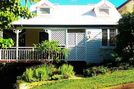 Cute cottage, treed area,  close to the city - Toowong - 独立屋