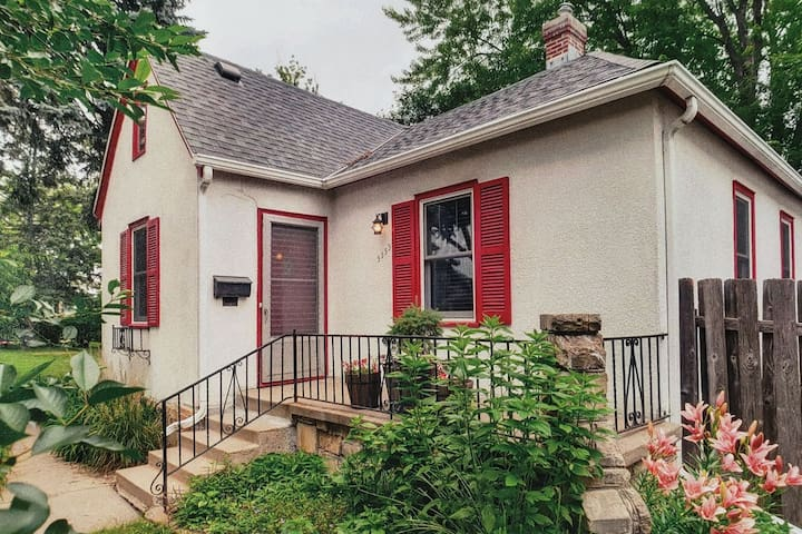 Cozy 1940's cottage by Minnehaha Dog park