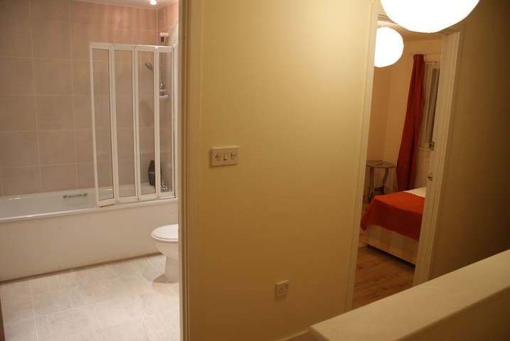 En-suite rooms with kitchenette,20mins fromCentral - Barking - Talo