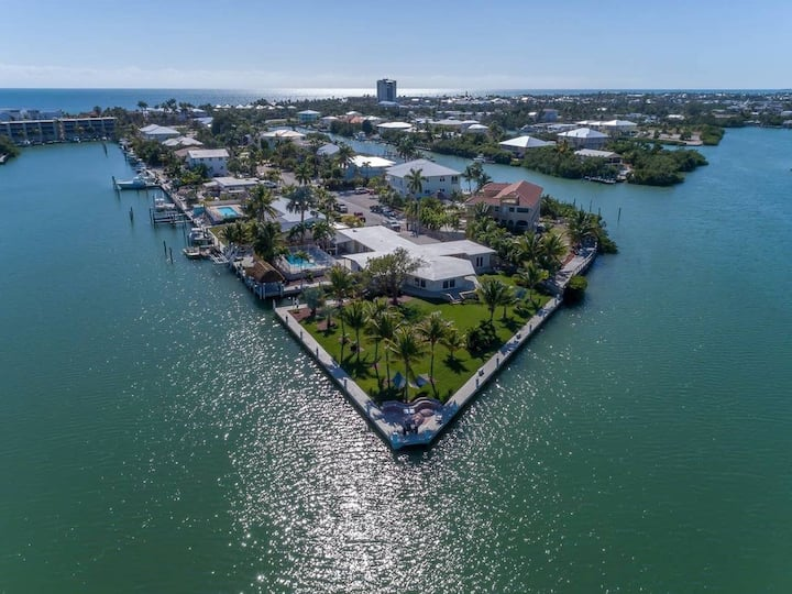 Pirate Point, Stunning 5BR, 5BA Home with pool, tiki, doc