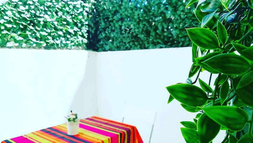 Área exterior, recém reformada. Mesa com 04 cadeiras, chapéu de sol e grelhador elétrico para churrascos e afins.