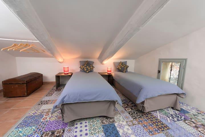 Chambre « Ventoux » (3ème étage) avec WC et lavabo, clime